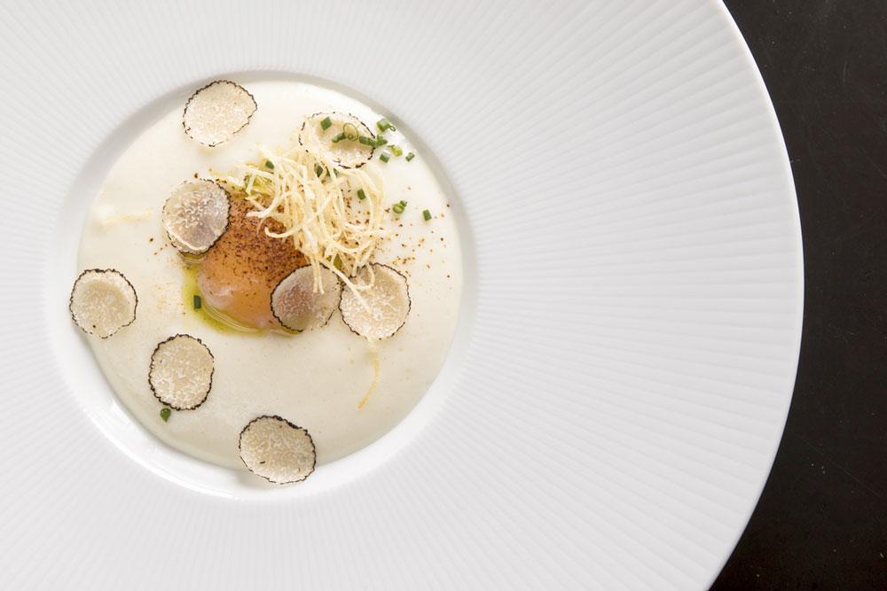 Uovo all'occhio di bue, spuma di patate, ragù di pioppini, tartufo e tuorlo d'uovo