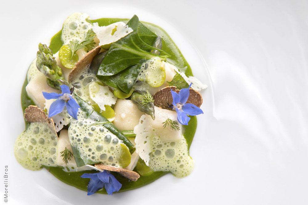 Gnocchi di ricotta con verdure primaverili, tartufo bianco e schiuma di aglio orsino